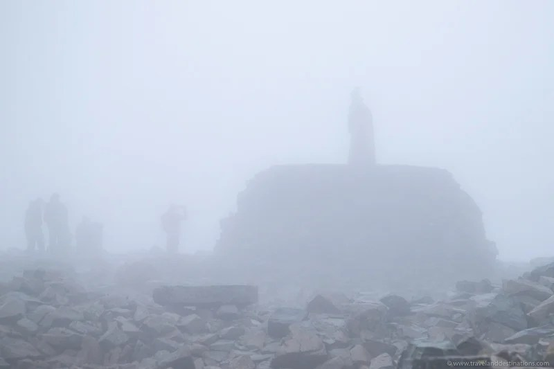 Vistas muito nebulosas do cume em Ben Nevis