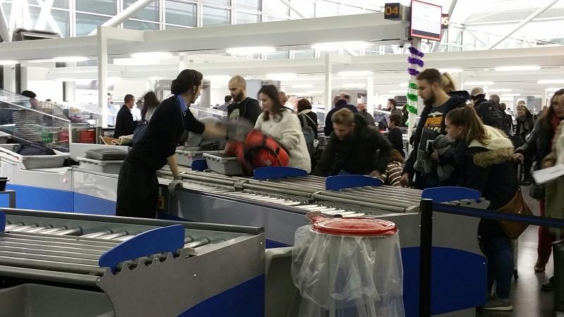 jak się zachować nalotnisku - Londyn Stansted - kontrola bezpieczeństwa