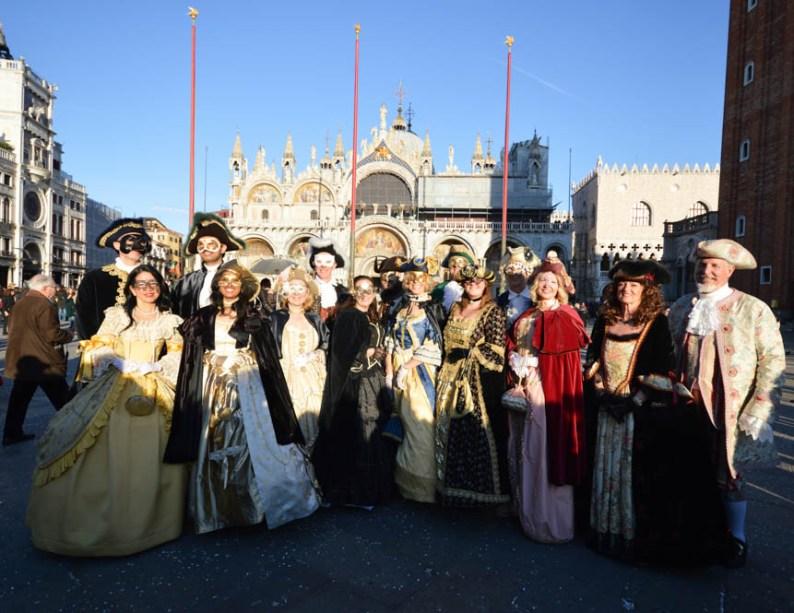 Parade in kostuums op San Marco plein
