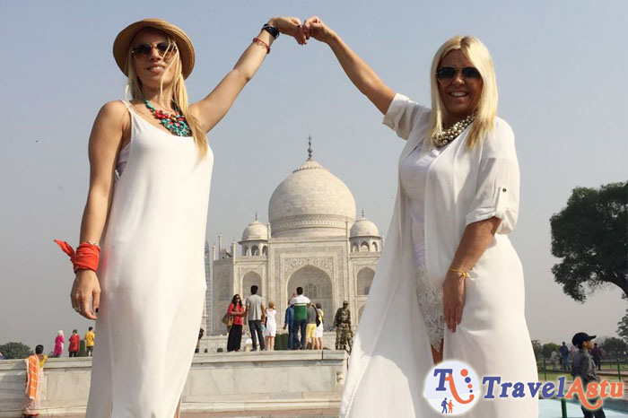 Travel Astu guests Gabriela y Claudia in Taj Mahal