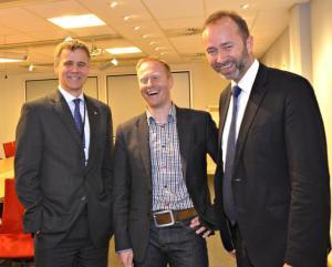 Næringsminister Trond Giske sammen med hovedsponsor Helge Lund i Statoil.