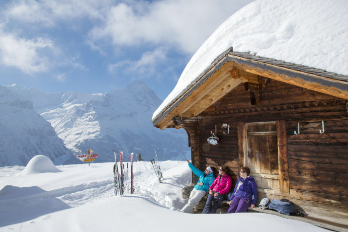 JUNGFRAU REGION - Kurze Pause bei der Skihuette mit Fiescherluecke im Skigebiet First. Short break at the ski hut with the Fiescherluecke in the First skiing area. Copyright: Jungfrau Region By-line:swiss-image.ch/Christof Sonderegger