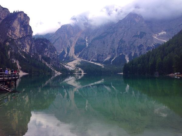 بحيرة لاقو دي برايز محاطة بالجبال