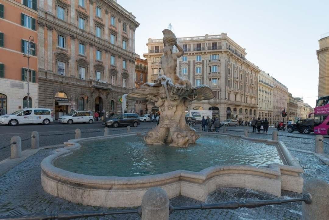 Fontana del Tritone Rome italy