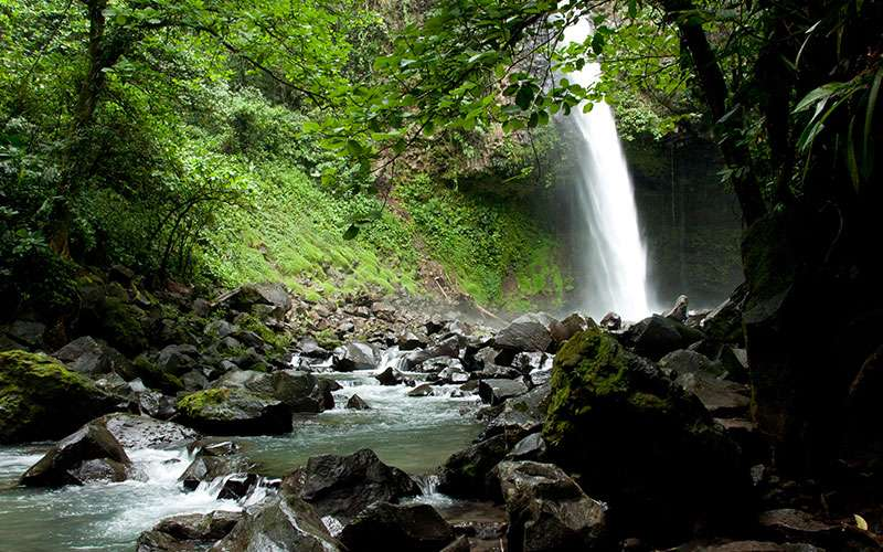 La Fortuna Waterfall is located at a short distance from the hotels and you can get there combining a short car ride and a hike or taking a horse ride.