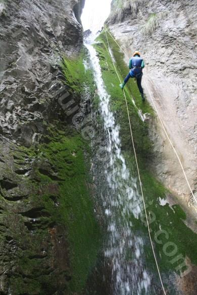 Coborand pe canionul Oselu - Muntii Apuseni