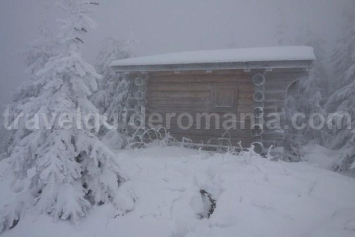 Refugiul montan de sub varful Ocolisul Mic - Muntii Ceahlau