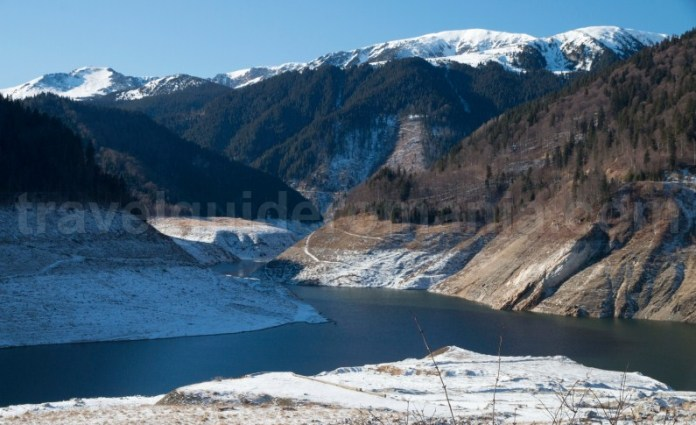 Lacul de acumulare Gura Apei - Barajul Tomeasa la intersectia Muntilor Retezat, Godeanu si Tarcu