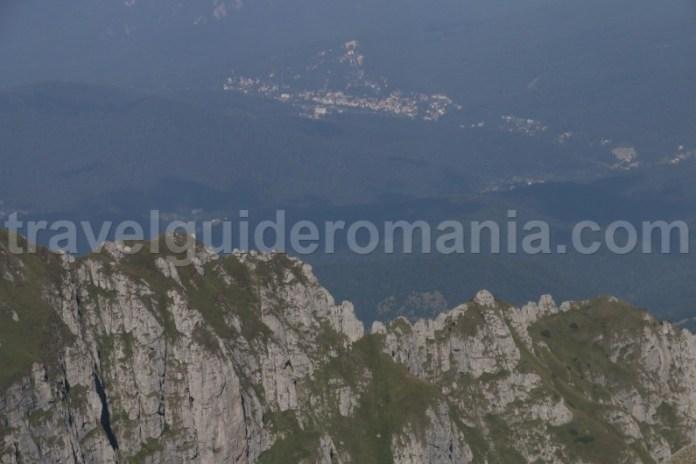 Vedere spre valea Prahovei - muntii Bucegi