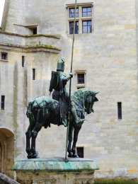 Chateau Pierrefonds statue