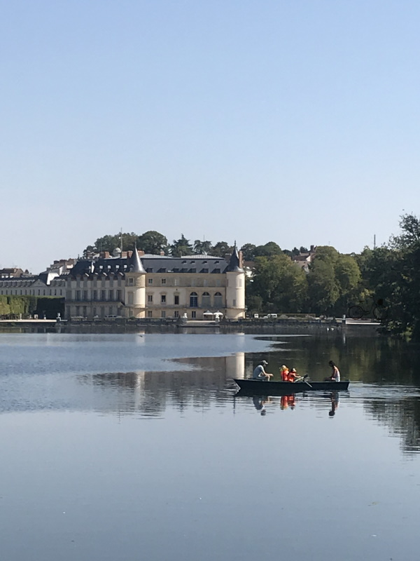 château de rambouillet avec barque au premier plan
