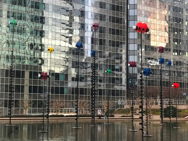 robots lumineux sur pieds dans un bassin sur l'esplanade de la Défense