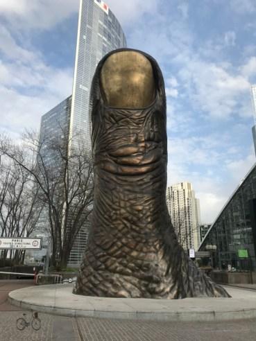 sculpture de Pouce géant