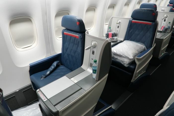Review delta one business class 767 overnight jfk mad for What is the difference between delta comfort and main cabin