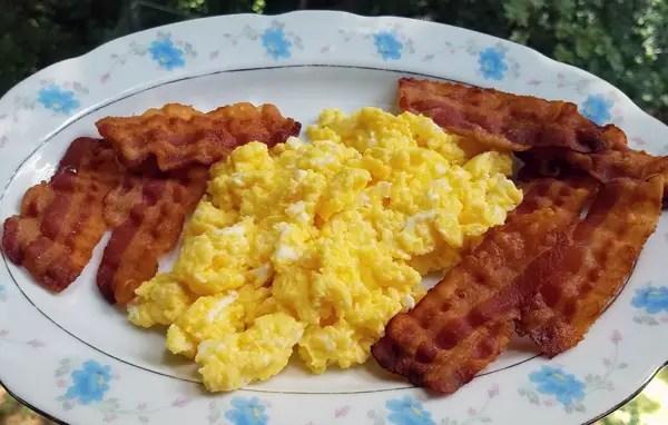 Keto Breakfast: Cheesy Eggs and Bacon