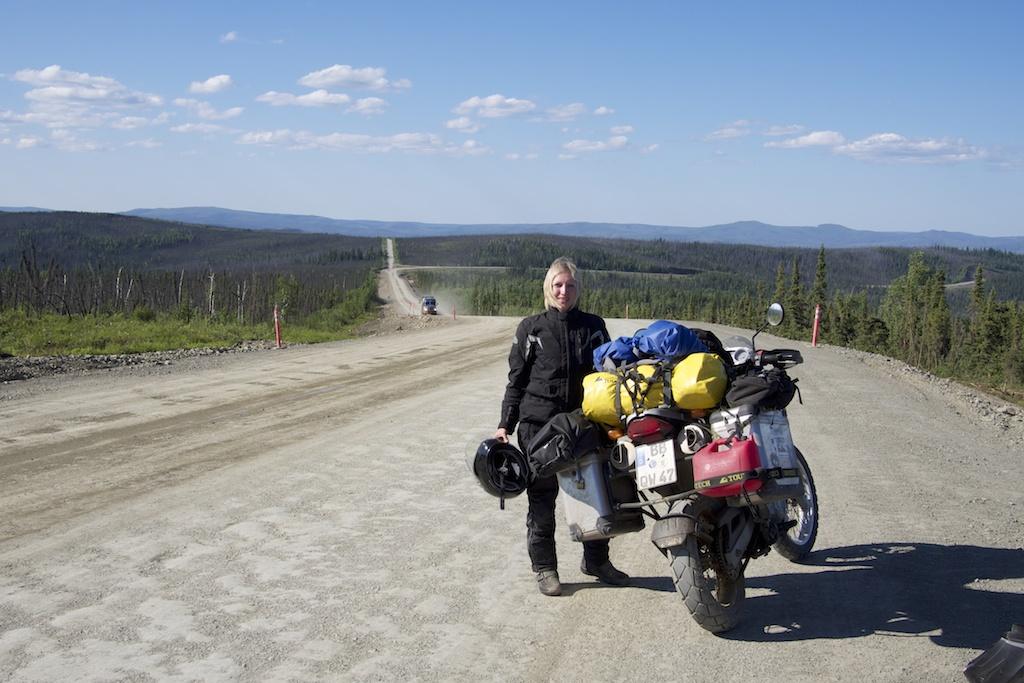 Kleine frau fährt motorrad