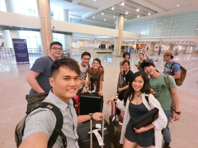 Just arrived the Ngurah Rai International Airport with my fellow bloggers, still looked fresh and energetic despite the early morning flight! With a wide angle lens, we need not all squeezed together for a wefie! :-)