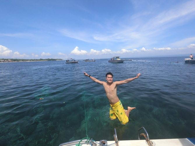 Look, I'm floating on the surface of the sea! haha Picture taken by myself with the control on my right hand! :-)