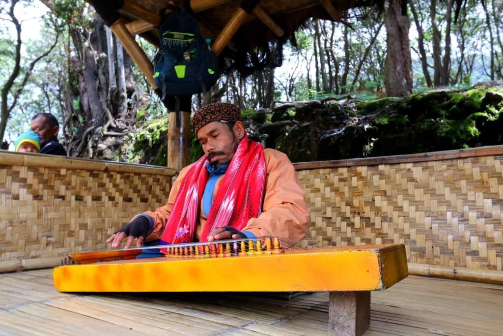 Indonesian angklung idiophone