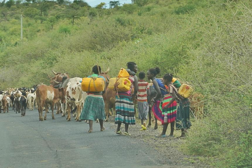 Ethiopian tribe women fetching water