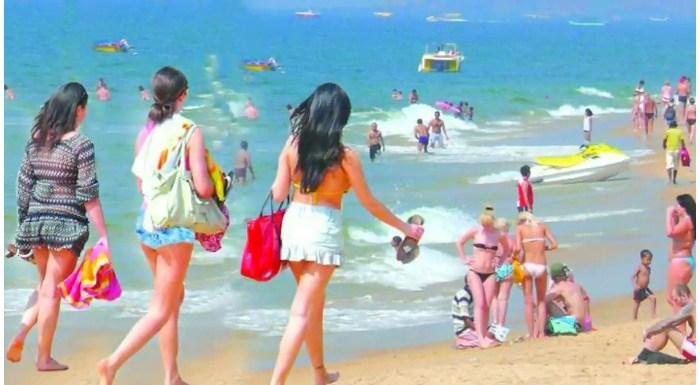 Goa Yatra, दूसरा दिन: रात के 2 बजे बीच पर शॉट्स पहनकर नाच रही थीं लड़कियां