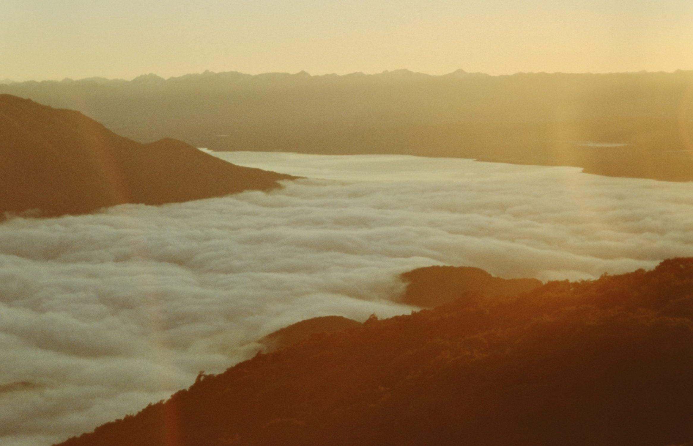 wolkendek boven lake te anau