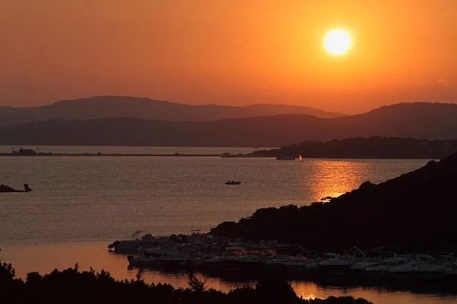 tramonto sul mare con sagome della costa