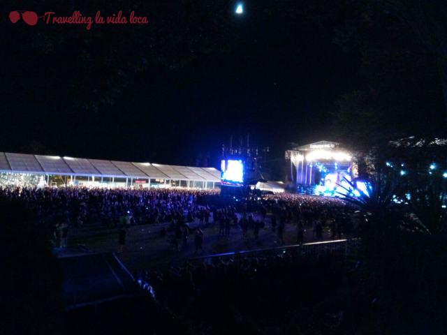 Leyendas del Rock de noche: escenarios a la derecha, carpa de la barra a la izquierda