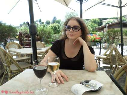 De relax con unos vinos de la zona en un agradable entorno