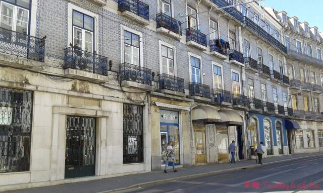 Fachadas tradicionales portuguesas cubiertas de azulejos