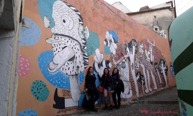 Arte urbano subiendo al castillo