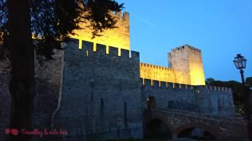 Las murallas del castillo iluminadas por la noche