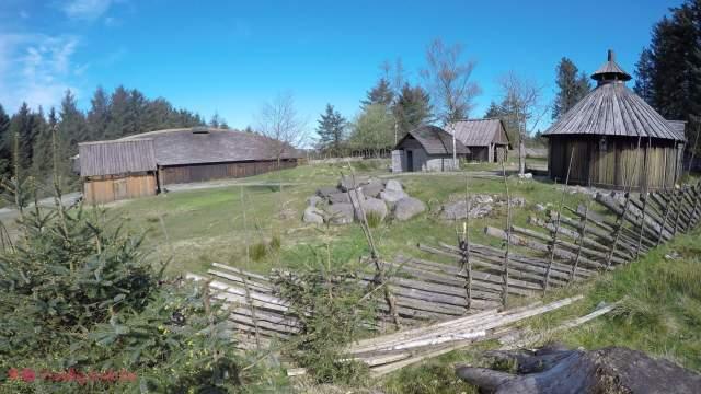 Una round house, una pit house y la longhouse, todo tras la valla