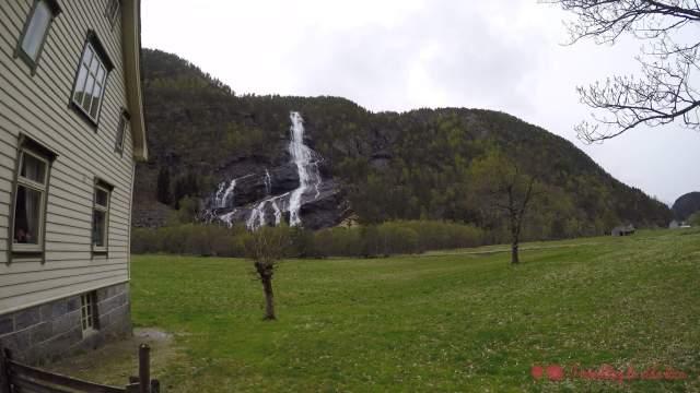 Vidfossen, con su caída por las rocas en diagonal