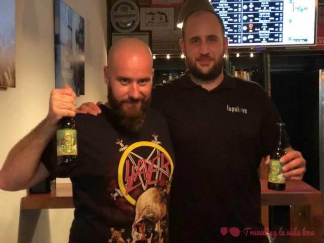 Con el maestro cervecero Antonio de CBF bebiendo unas Happy Hoppy