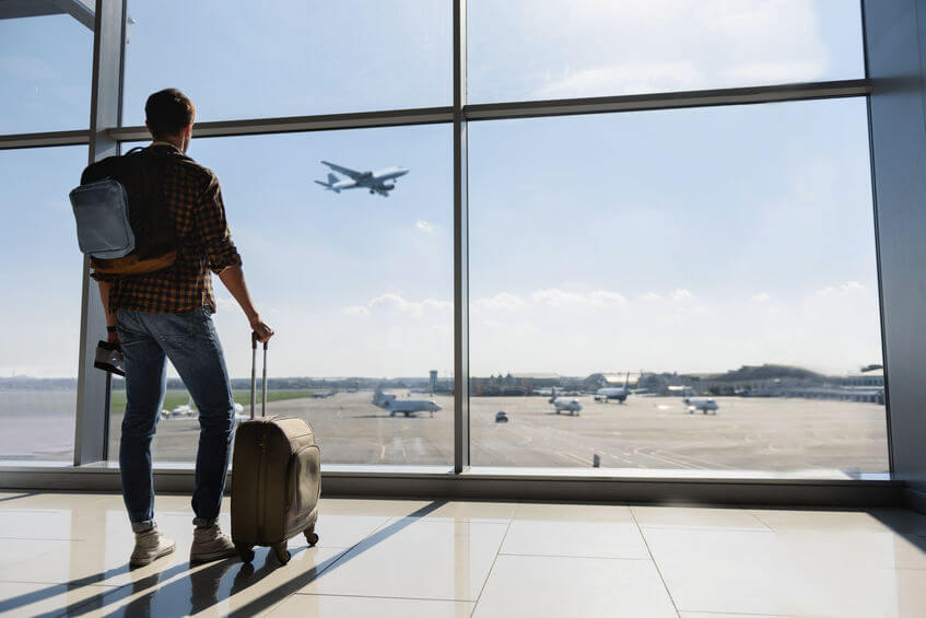 mann koffer flughafen