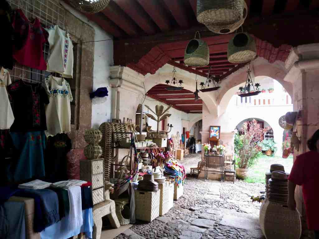 A picture of a Mexican palace with souvenirs for tourists, scarves, rebosos, handmade baskets.