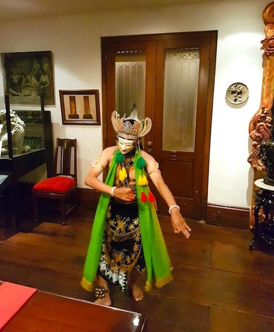 cultural dance at tugu malang