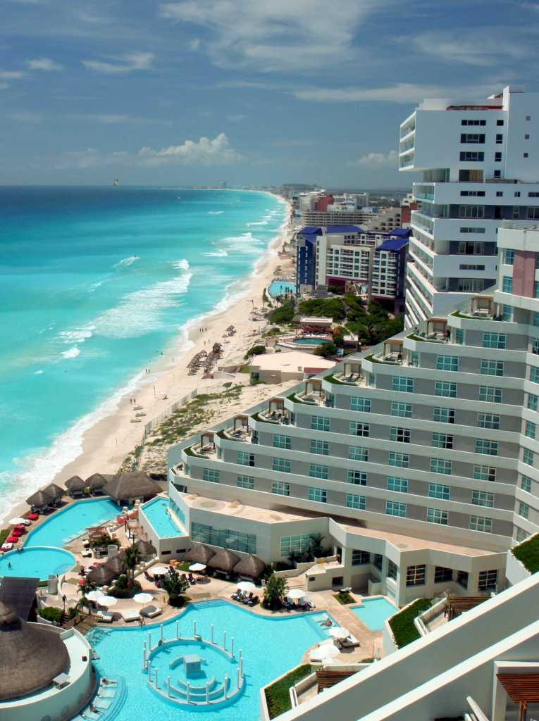 Vista aérea de las playas y resorts de Cancún