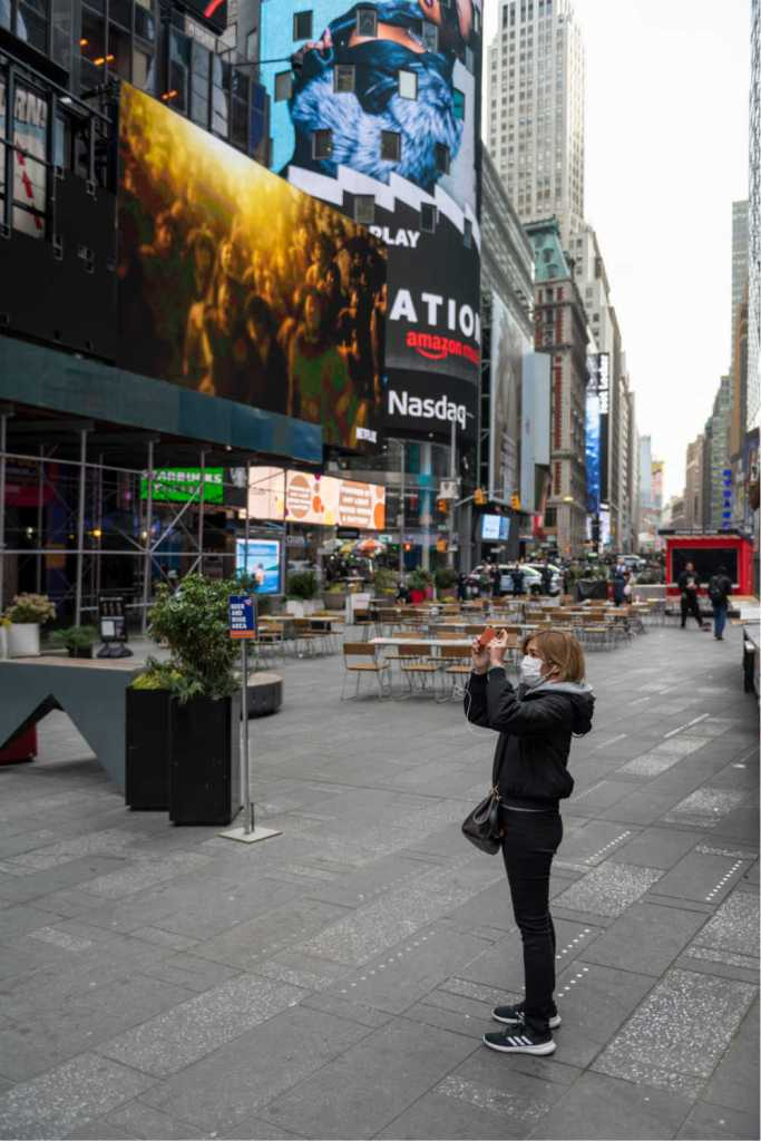 tourist in time square new york during covid