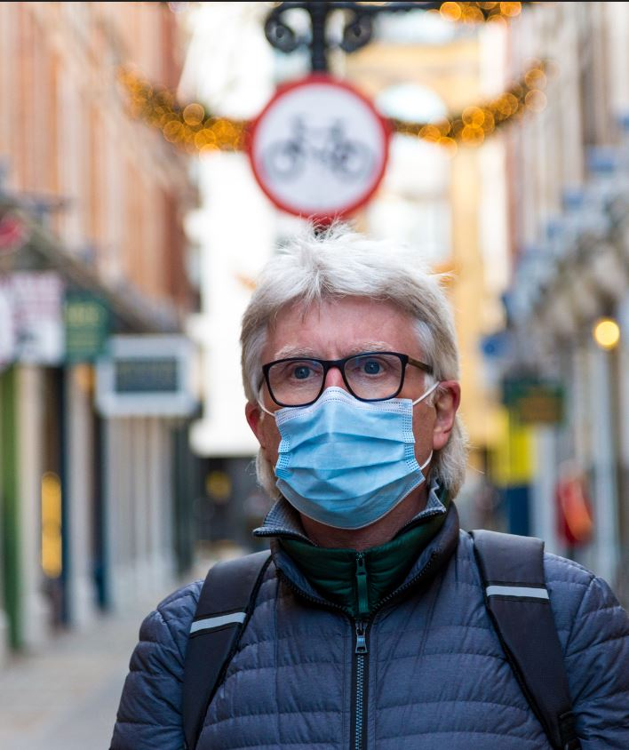 uk traveler in mask