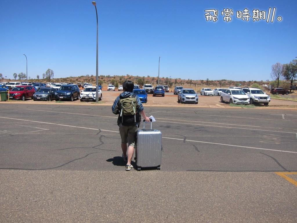 出機場過對面馬路,筆者的車子便泊在那裏,相片遠方的車位便是還車的位置。