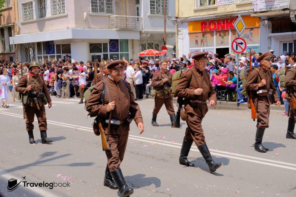 穿上昔日軍服的巡遊隊伍。
