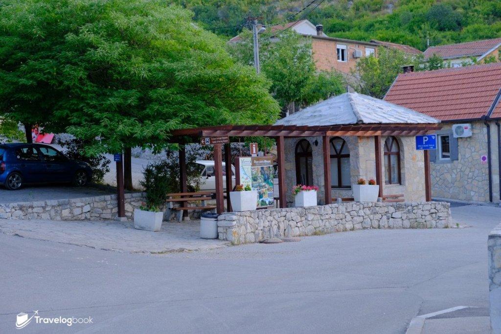 見此涼亭,左轉是前往Castle of Herceg Stjepan,直走則到Blagaj Tekija。