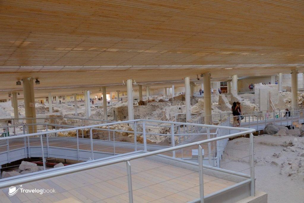 古城面積相當大,上面築有遊客步道,亦已換上防護更佳的上蓋以保育古迹。