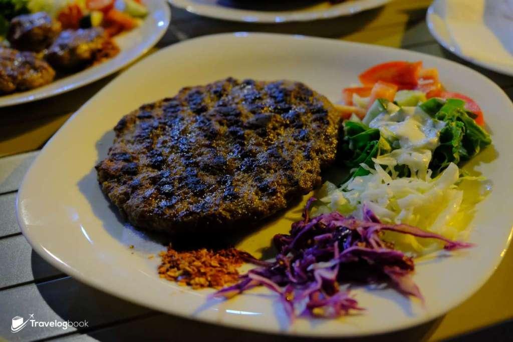 Pleskavice(Grund mea)肉餅,3歐元。