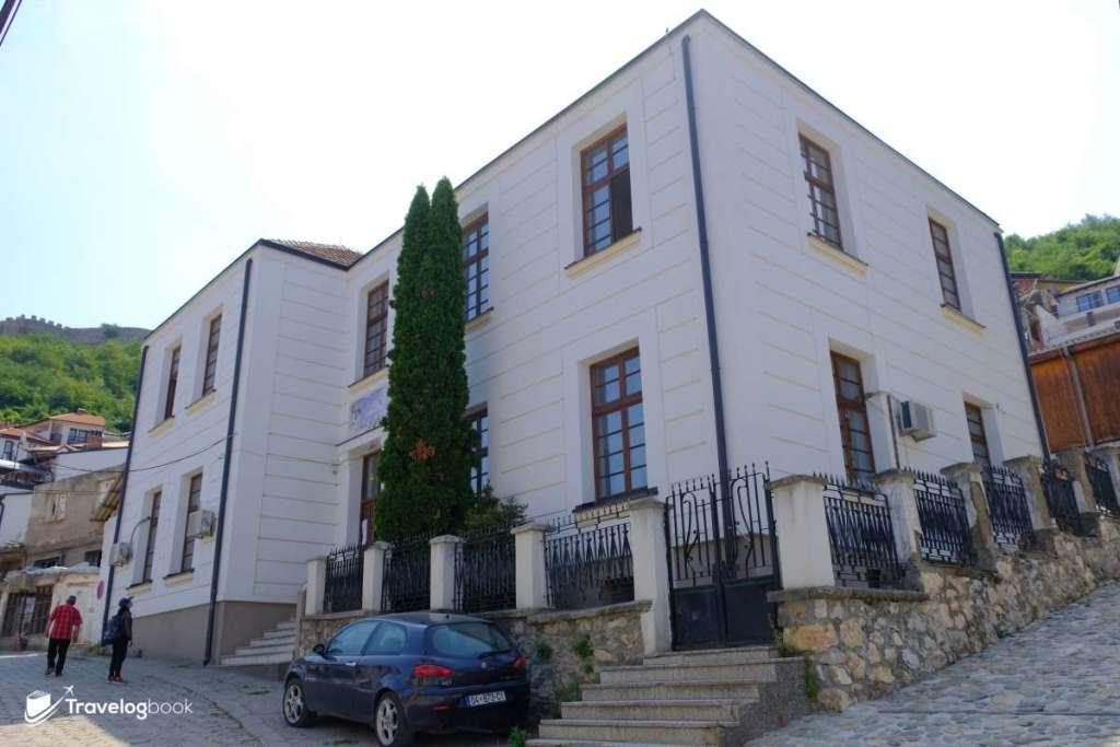 這裏是科索沃首間音樂學校,成立於1947年,建築時還重用了不少來自山上要塞的石塊。