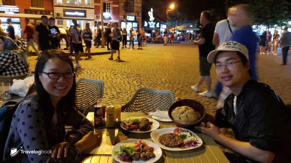 熱情友善的當地人,見我們在拍食物,主動替我們合照。這樣叫滿一桌才不過10歐元,相當抵吃。