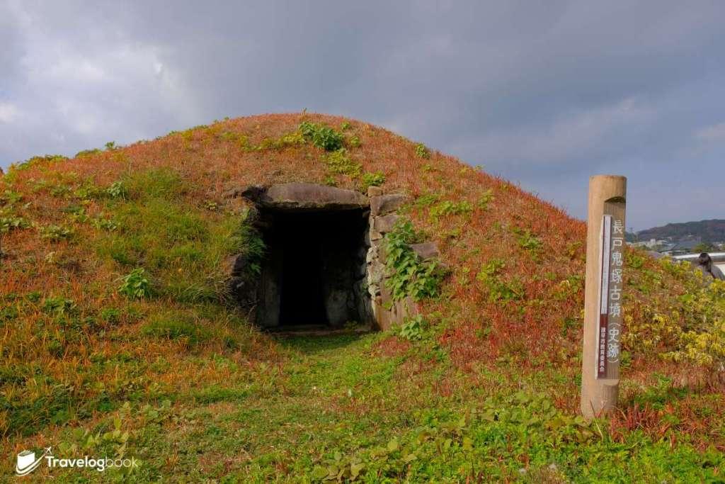 長戶鬼塚古墳約建於七世紀後半,石室結構還留有貴重的壁畫,不過門口上了封,不能內進參觀。題外話,其旁邊也是一個現代的墳場,所以看不看由你。