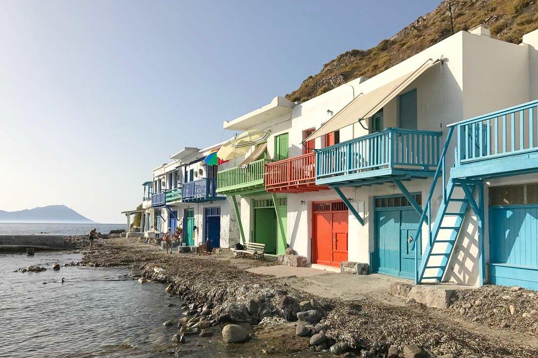 Kleurrijke botenhuizen op Milos, Griekenland